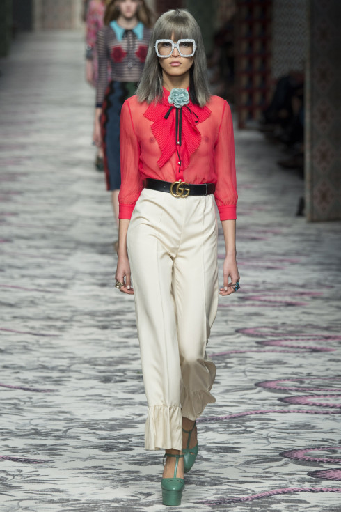 Gucci, silk shirt, red shirt, white trousers, Spring Summer Ready To Wear 2016, Women'wear catwalk trends 2016, themodeledit.com