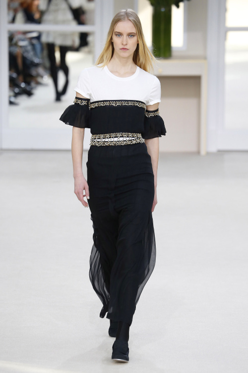 Chanel, Chanel A/W 2016, white t shirt, long black skirt, off the shoulder
